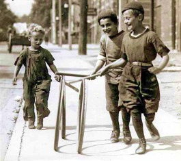 Boys_with_hoops_on_Chesnut_Street